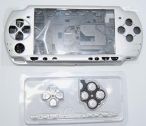 CARCASA COMPLETA DE PSP2000/SLIM COLOR PLATA (INCLUYE BOTONES) - Carcasa completa para PSP2000/SLIM  Incluye carcasa frontal, carcasa trasera, tapa batería, tapa lector UMD y todos los botones (excepto botones L y R)  Color PLATA.