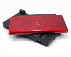 Carcasa Recambio para Nintendo DS Lite (DRAGON) - Carcasa de repuesto para NDS  Lite.  Con todo lo necesario para la sustitucion completa de carcasa y botones. Incluye tornilleria, tacos de goma y pegatinas.