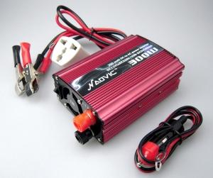 ADAPTADOR CORRIENTE 12V-220V 300W PARA COCHE - ADAPTADOR CORRIENTE 12V-220V PARA COCHE. Este pequeño y práctico aparato electrónico te proporcionará energía eléctrica en el coche a 220 Voltios. Solamente conectándolo en el mechero, tendrás un enchufe como los de casa o la oficina.