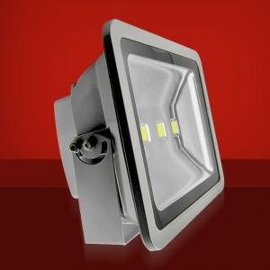 Foco Proyector LED  150W 3000K Luz Calida - Foco proyector LED orientable con una potencia de 150W y una alimentación  de 85-220V AC que es ideal para exteriores ya que cuenta con una protección IP65. El arranque inmediato y sin parpadeos permite restablecer de forma inmediata las condiciones de iluminación previas a un corte de suministro. Altas prestaciones y máxima eficiencia energética con un foco direccional de 7-20 metros de alcance de luz luminosa y Calida. Acabado en aluminio de inyección. Cuenta con un radiador que garantiza una óptima disipación del calor.