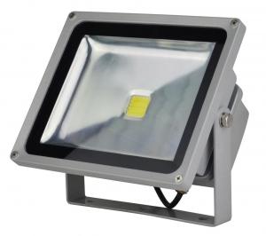 Foco Proyector LED  50W 3000K Luz Calida - Foco proyector LED orientable con una potencia de 50W y una alimentación  de 85-220V AC que es ideal para exteriores ya que cuenta con una protección IP65. El arranque inmediato y sin parpadeos permite restablecer de forma inmediata las condiciones de iluminación previas a un corte de suministro. Altas prestaciones y máxima eficiencia energética con un foco direccional de 5-12 metros de alcance de luz luminosa y Calida. Acabado en aluminio de inyección. Cuenta con un radiador que garantiza una óptima disipación del calor.