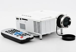 1080p Mini Proyector UC28+ AV/ USB/ SD Card/ VGA/ HDMI Input - Mini Proyector UC28+ AV/ USB/ SD Card/ VGA/ HDMI Input Mini proyector economico portatil, con multiples entradas como Av hdmi, vga y usb, casi todas las posibles Reproduce la mayoria de formatos de video  Soporta video en resoluciones hasta 1920 x1080, pero la reproduccion nativa es 320x240, por lo que este no es un proyector profesional.