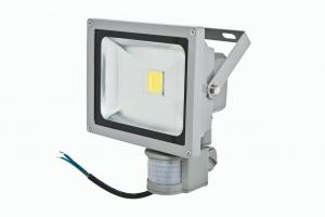 Foco Proyector LED  20W con sensor de movimiento color 6000K Luz brillante con  - Foco proyector LED orientable con una potencia de 20W y sensor de movimeinto , alimentación  de 85-220V AC que es ideal para exteriores ya que cuenta con una protección IP65. Sensibilidad y tiempo de encendido regulable. El arranque inmediato y sin parpadeos permite restablecer de forma inmediata las condiciones de iluminación previas a un corte de suministro. Altas prestaciones y máxima eficiencia energética con un foco direccional de 5-12 metros de alcance de luz luminosa y brillante. Acabado en aluminio de inyección. Cuenta con un radiador que garantiza una óptima disipación del calor.