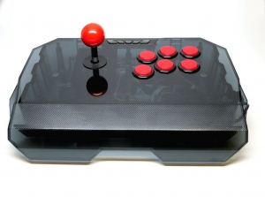 Arcade Stick QANBA N1 para PS3/PC USB/Android tv  (fighting stick) - QANBA N1-G BLACK PS3/PC Arcade Joystick (fightstick) 6 botones y un stick al estilo arcade Incluye funciones de turbo con diferentes velocidades seleccionables. Permite remapear los botones y grabar combinaciones para ejecutarlas con una sola pulsación (exclusivamente en PC). Robusto y pesado. Dispone de una base metálica para mantenerlo fijo y estable durante su uso. Imprescindible para disfrutar al maximo de los juegos de lucha y arcade tanto en consola como con los emuladores de recreativas como MAME!!!