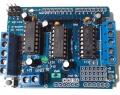 L293D Arduino Shield Driver / Control / Expansión Para control Motores  - Éste controlador permite controlar hasta 4 motores DC o 2 motores de corriente contínua  paso a paso de forma  sencilla y eficaz. El controlador permite controlar el sentido de giro y velocidad mediante señales TTL que podrás sacar de tu microcontrolador favorito como por ejemplo Arduino. Cada puente está separado y. Ideal para montar tu robot! Placa formato shield compatible con arduino UNO y Mega