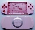 CARCASA COMPLETA DE PSP2000/SLIM COLOR ROSA (INCLUYE BOTONES) - Carcasa completa para PSP2000/SLIM.  Incluye carcasa frontal, carcasa trasera, tapa batería, tapa lector UMD y todos los botones (excepto botones L y R)  Color ROSA.