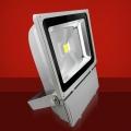 Foco Proyector LED  100W 3000K Luz Calida - Foco proyector LED orientable con una potencia de 100W y una alimentación  de 85-220V AC que es ideal para exteriores ya que cuenta con una protección IP65. El arranque inmediato y sin parpadeos permite restablecer de forma inmediata las condiciones de iluminación previas a un corte de suministro. Altas prestaciones y máxima eficiencia energética con un foco direccional de 7-20 metros de alcance de luz luminosa y Calida. Acabado en aluminio de inyección. Cuenta con un radiador que garantiza una óptima disipación del calor.