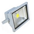 Foco Proyector LED  20W 6000K Luz brillante - Foco proyector LED orientable con una potencia de 20W y una alimentación  de 85-220V AC que es ideal para exteriores ya que cuenta con una protección IP65. El arranque inmediato y sin parpadeos permite restablecer de forma inmediata las condiciones de iluminación previas a un corte de suministro. Altas prestaciones y máxima eficiencia energética con un foco direccional de 5-12 metros de alcance de luz luminosa y brillante. Acabado en aluminio de inyección. Cuenta con un radiador que garantiza una óptima disipación del calor.