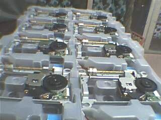 Lente TDP182W *NUEVA* CON MECANISMO COMPLETO para Sony PSTWO  (3 VERSIONES DISPONIBLES) pvr802+ meca - Lente nueva compatible con las lentes TDP182W de PStwo. Pieza de reparacion original SONY  Se trata de la lente PVR802+ mecanismo completo  - Hay que quitar el puente protección antiestatica.  -No ofrecemos NINGUNA GARANTIA porque es muy fácil dañar el laser durante una incorrecta instalación.  **Si no está de acuerdo con estas condiciones de garantía, por favor NO COMPRE este producto.  - Compatible consolas PSTwo SCPH-7700x (V15 y V16),SCPH-7900x(V17 Y V18) Y SCPH-9000x (V19)  - No compatible con PStwo SCPH-7000x y SCPH-7500x.